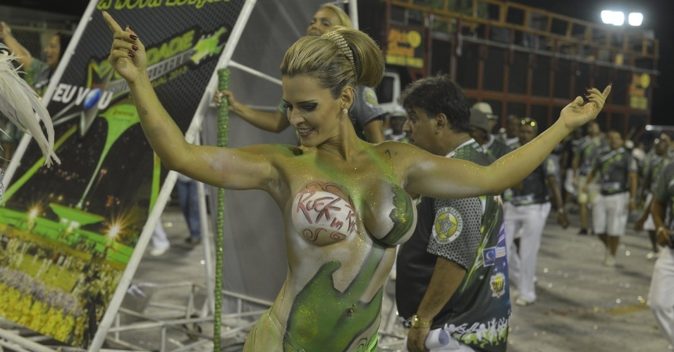 6.Jan.2013 - Denise Rocha, conhecida como Furacão da CPI, mostra samba no pé antes do início do ensaio técnico da Mocidade Independente de Padre Miguel, escola da qual é musa, no sambódromo do Rio. A loira teve aulas de samba para não fazer feio na avenida