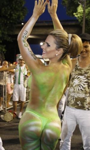 6.Jan.2013 - Denise Rocha, conhecida como Furacão da CPI, tem o corpo pintado antes do início do ensaio técnico da Mocidade Independente de Padre Miguel, no sambódromo do Rio