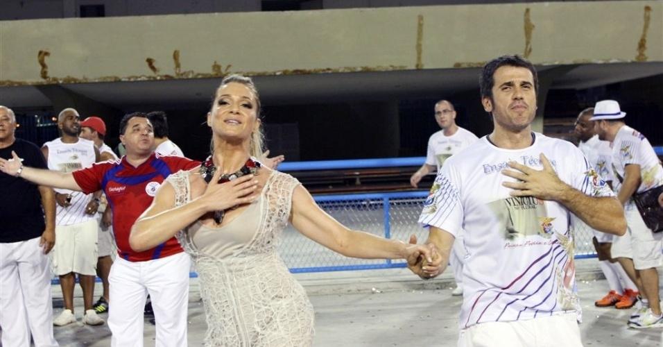 6.Jan.2013 - Eriberto Leão e Letícia Spiller participam do ensaio técnico da União da Ilha, no sambódromo do Rio