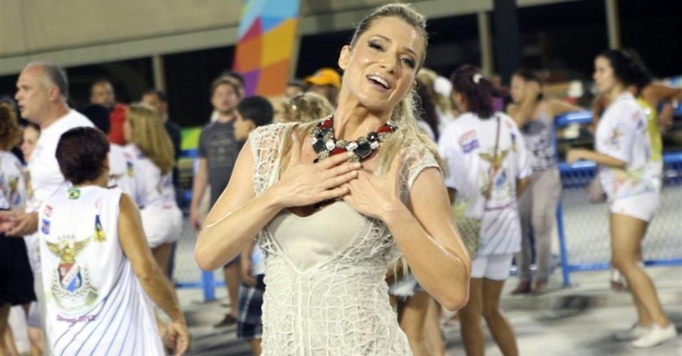 6.Jan.2013 - Letícia Spiller participa do ensaio técnico da União da Ilha, no sambódromo do Rio