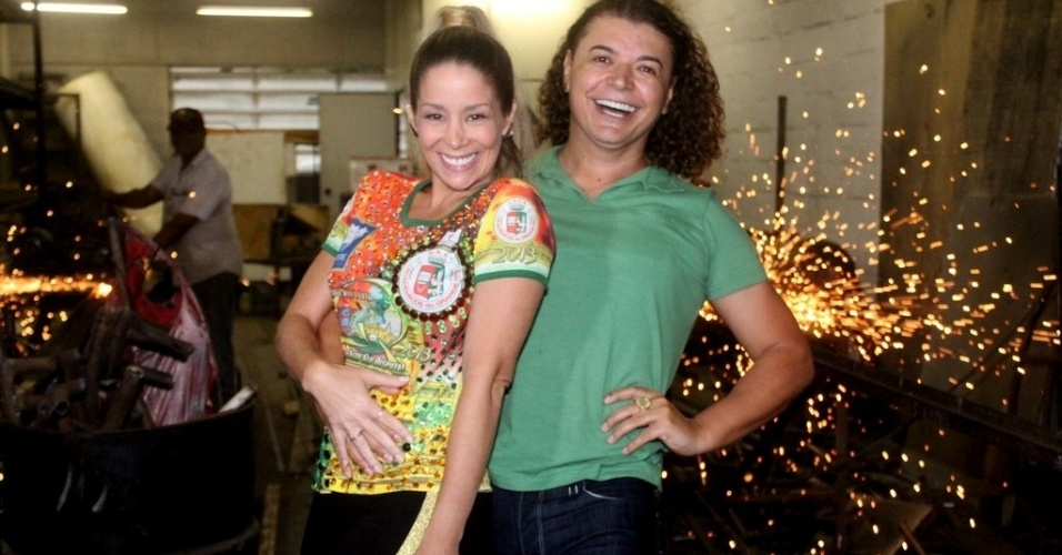 11.jan.2013 - Danielle Winits visitou o barracão da escola de samba Grande Rio, em Caxias, zona oeste do Rio. Ela estava acompanhada do promoter David Brazil. A atriz foi rainha da bateria da agremiação em 1999 e voltará a desfilar no Carnaval 2013
