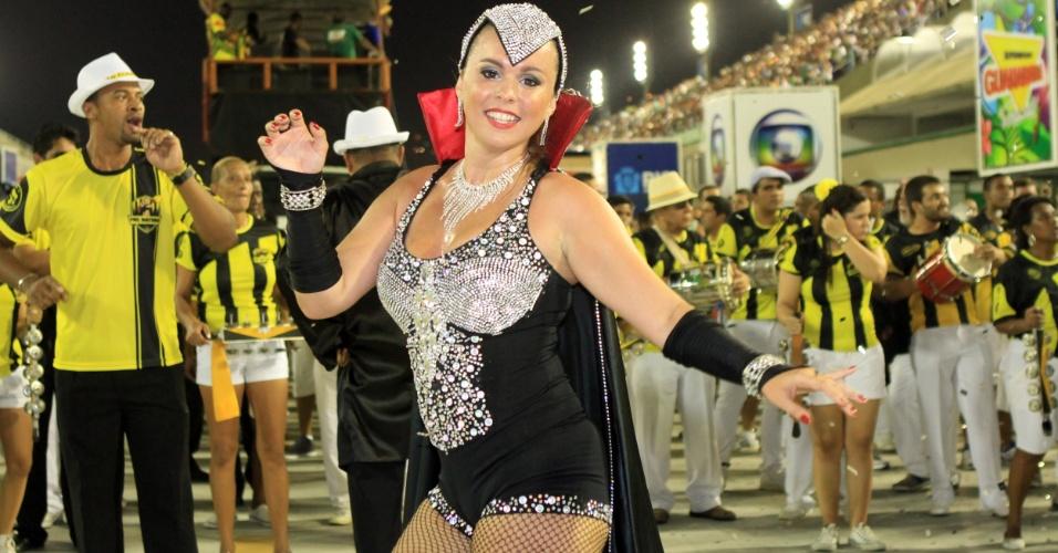 12.ja.2013 - Rainha de bateria da São Clemente, Bruna Almeida samba no ensaio técnico da escola representando a novela