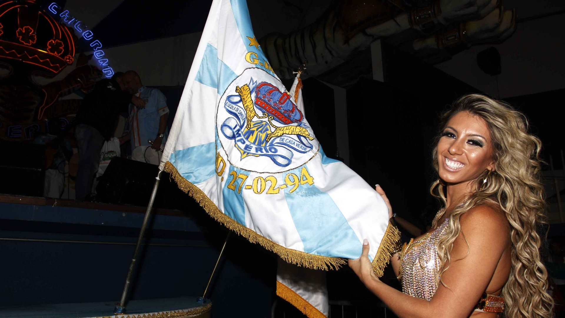 12.jan.2013 - Madrinha de bateria, a carioca Andréa Andrade ensaia com a escola de samba Império de Casa Verde, em São Paulo