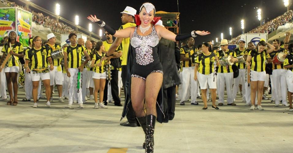 12.jan.2013 - Rainha de bateria da São Clemente, Bruna Almeida samba no ensaio técnico da escola representando a novela