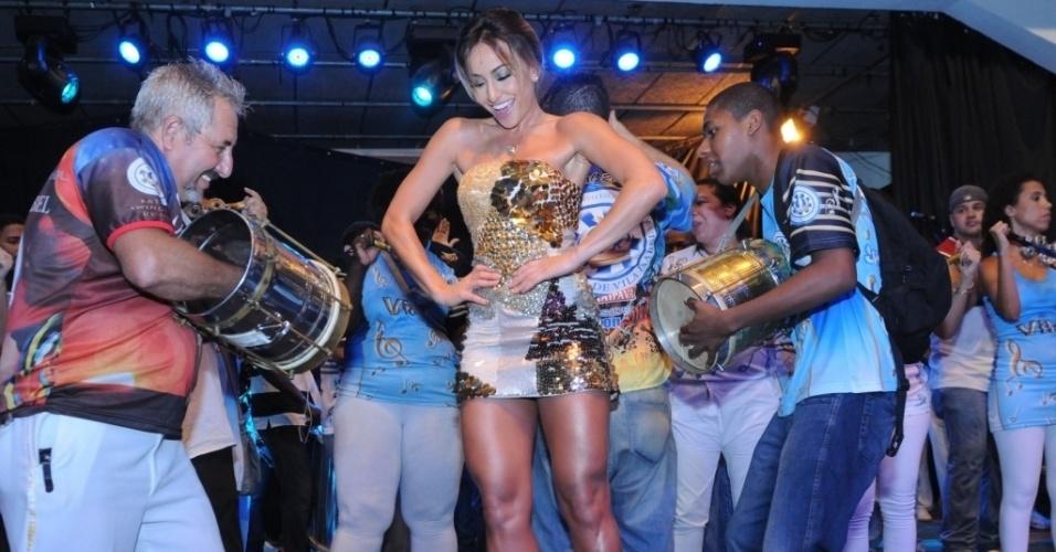 12.jan.2013 - Rainha de bateria da Vila Isabel, Sabrina Sato cai no samba no ensaio na quadra da escola, na zona norte do Rio