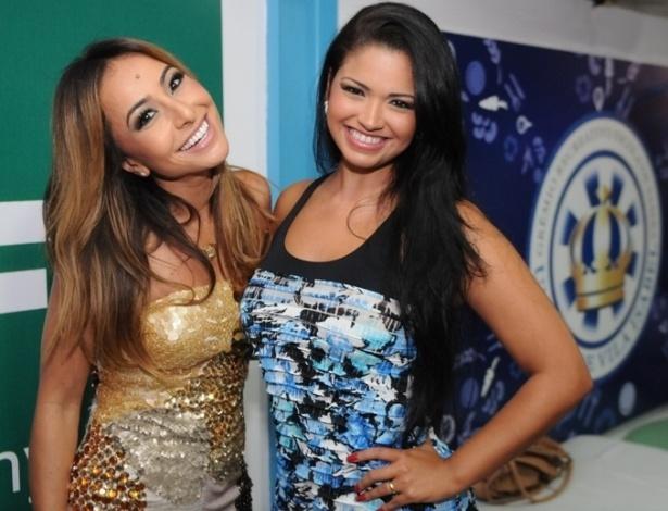 12.jan.2013 - Rainha de bateria da Vila Isabel, Sabrina Sato posa ao lado de Thatiana Pagung no ensaio na quadra da escola, na zona norte do Rio