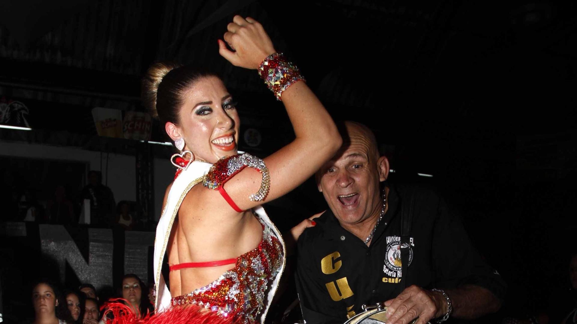 12.jan.2013 - Tati Minerato recebe a faixa de rainha da bateria da escola de samba Gaviões da Fiel, em São Paulo