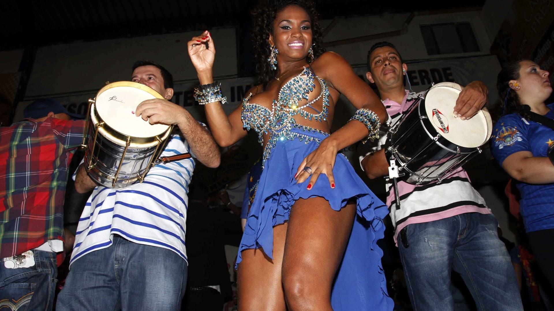 13.jan.2013 - 13.jan.2013 - Rainha da bateria, a modelo Valeska Reis samba em ensaio da Império de Casa Verde em São Paulo