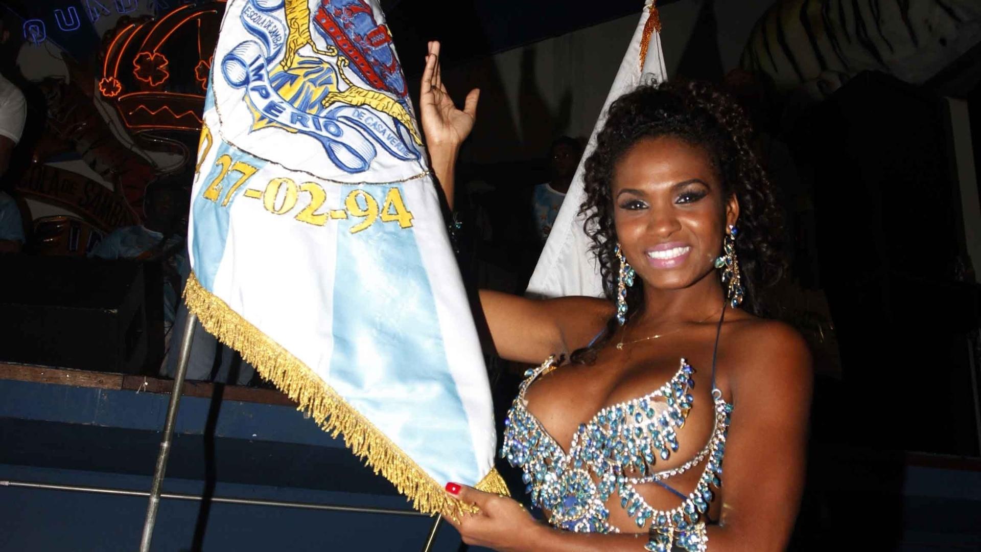 13.jan.2013 - A modelo Valeska Reis mostra a bandeira da Unidos de Casa Verde