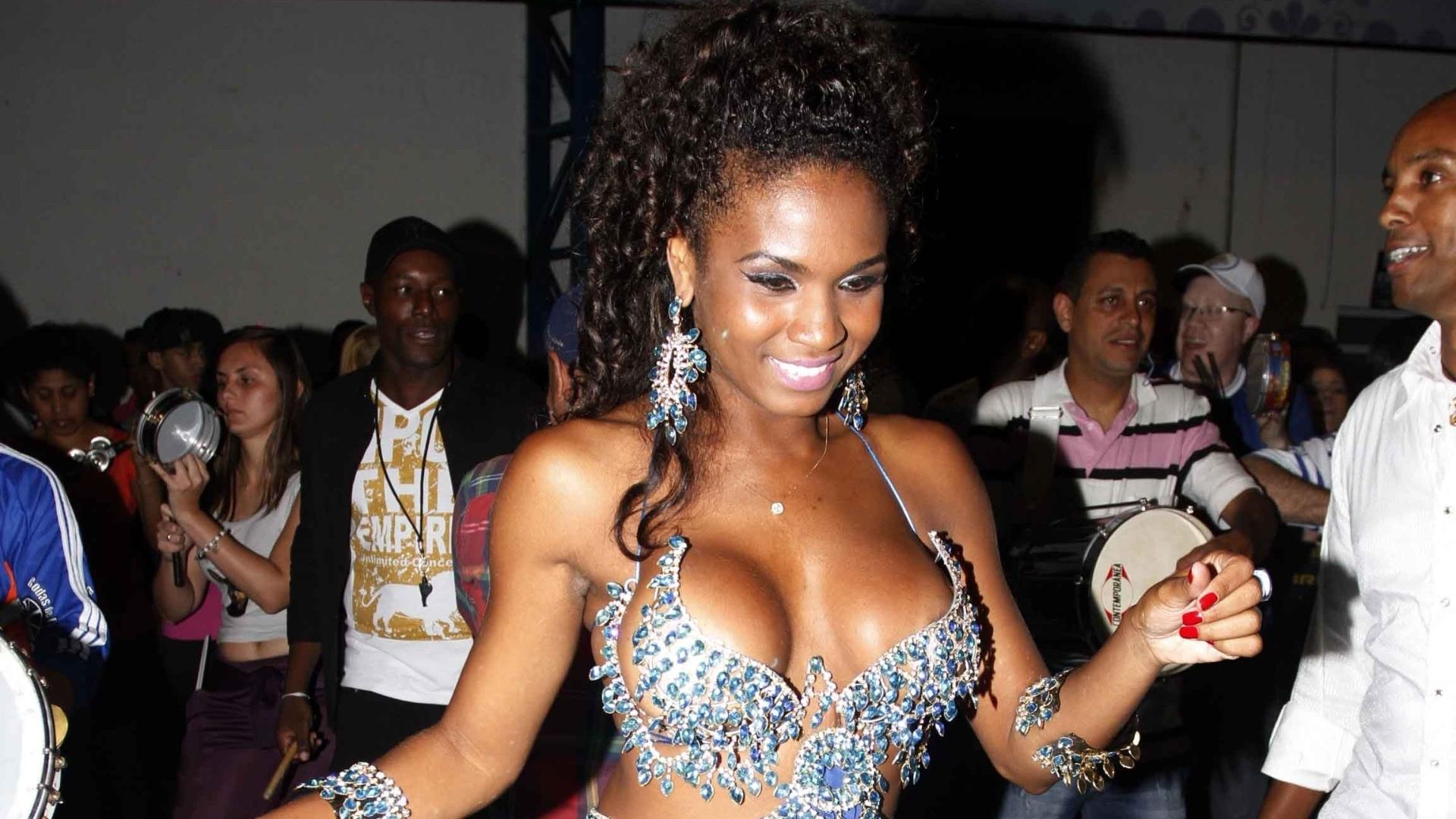 13.jan.2013 - Rainha da bateria, a modelo Valeska Reis samba em ensaio da Império de Casa Verde em São Paulo