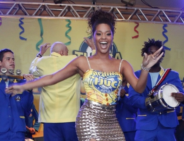 13.jan.2013 - Rainha da bateria, Juliana Alves samba em bacalhoada da Unidos da Tijuca