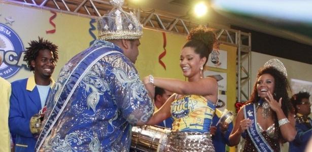 13.jan.2013 - Rei Momo beija a mão de Juliana Alves durante bacalhoada da Unidos da Tijuca. A atriz será a rainha da bateria da escola
