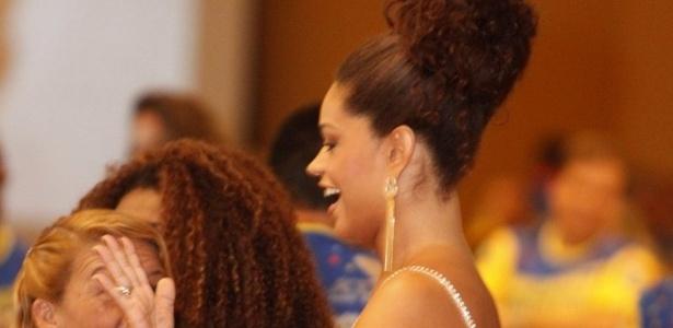 13.jan.2013 - Rainha da bateria, Juliana Alves conversa com fãs durante bacalhoada da Unidos da Tijuca, no Rio