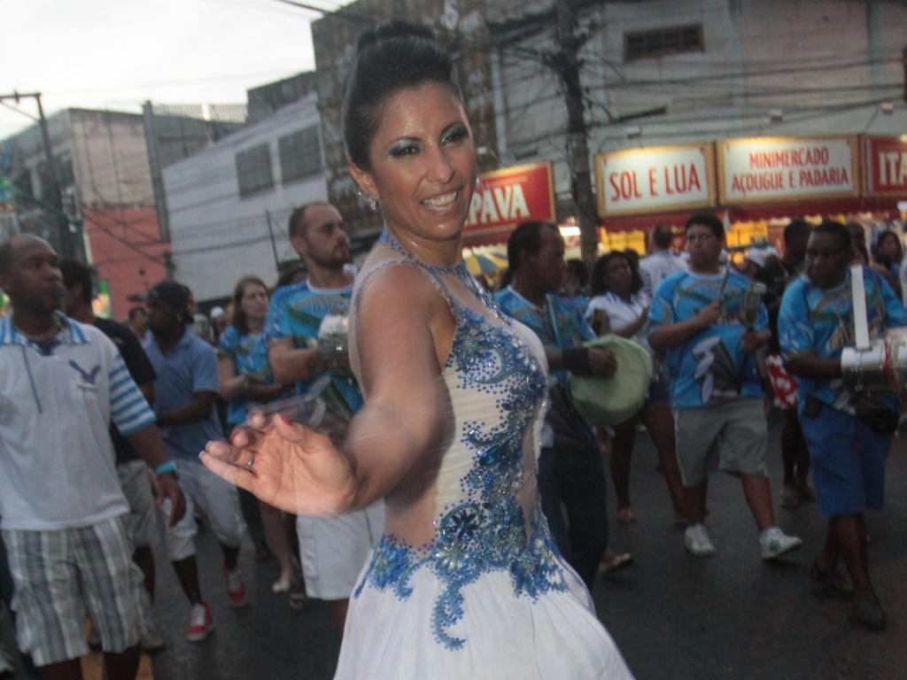 13.jan.2013 Patricia Nery, rainha da Portela, compareceu ao ensaio da escola, que aconteceu no último domingo pelas ruas de Madureira