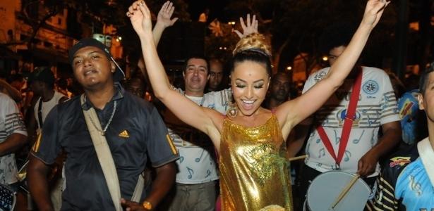 13,jan.2013 Rainha da Vila Isabel, Sabrina Sato, compareceu ao ensaio de rua da escola no último domingo