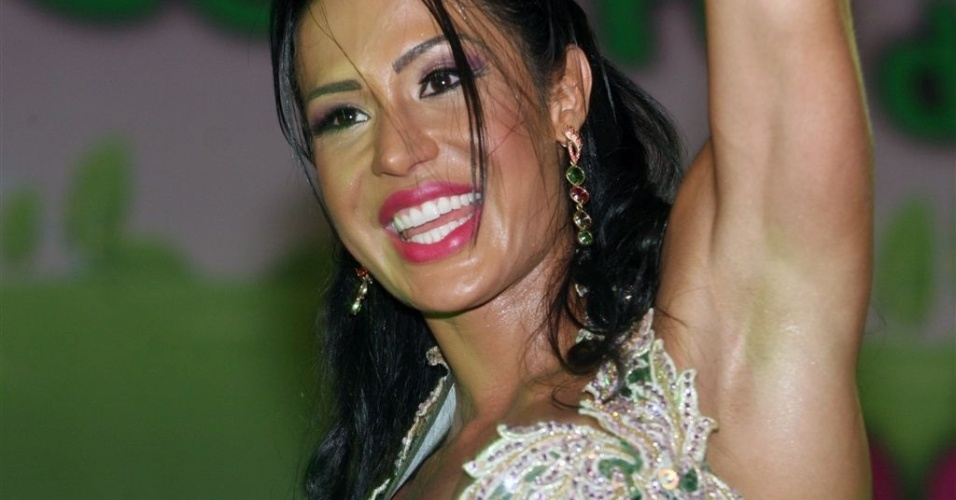 Jan.2013 - A rainha de bateria da Mangueira, Gracyanne Barbosa, samba em ensaio na quadra da escola