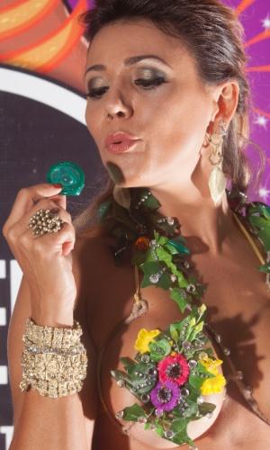 Ex-BBB Fabiana Teixeira mostra um pouco de como será sua fantasia para o Carnaval 2013