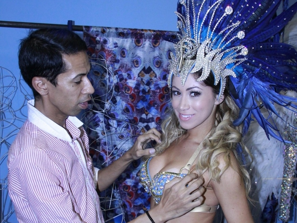 17.jan.2013 - A panicat Carol Narizinho, musa da Beija-Flor de Nilópolis, visitou o barracão da escola na Cidade do Samba, zona portuária do Rio
