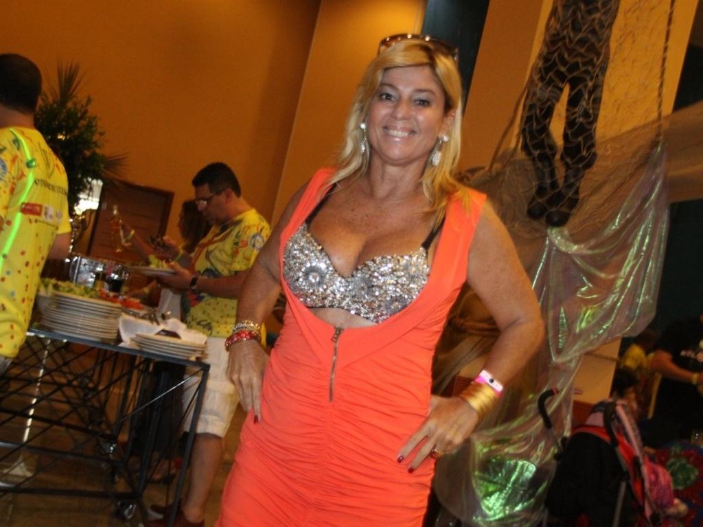 19.jan.2013 - A ex-BBB Cida Moraes participa de feijoada da Unidos da Tijuca em hotel na Barra