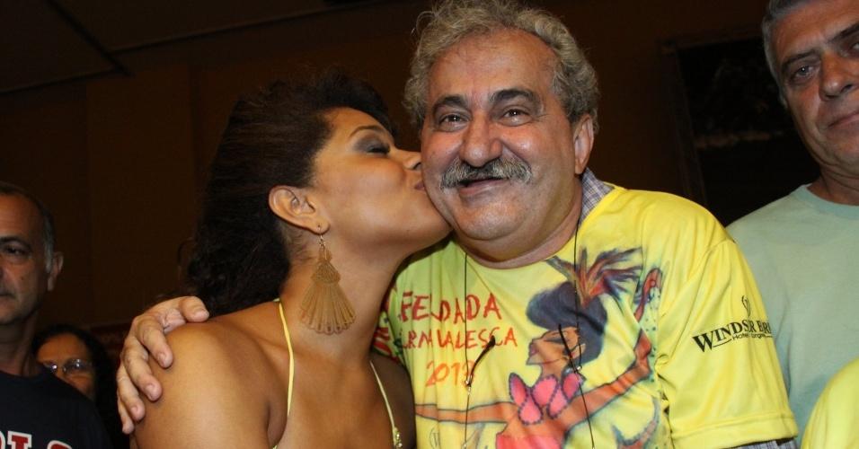 19.jan.2013 - Juliana Alves dá beijinho no colunista Ancelmo Góis durante feijoada da Unidos da Tijuca em hotel na Barra