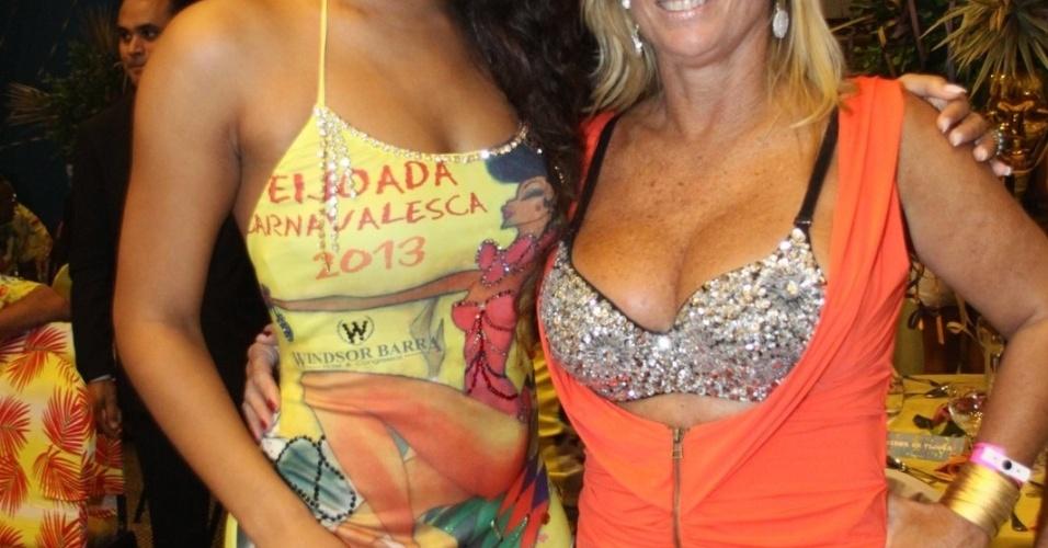 19.jan.2013 - Juliana Alves posa para fotos com a ex-BBB Cida Moraes durante feijoada da Unidos da Tijuca em hotel na Barra