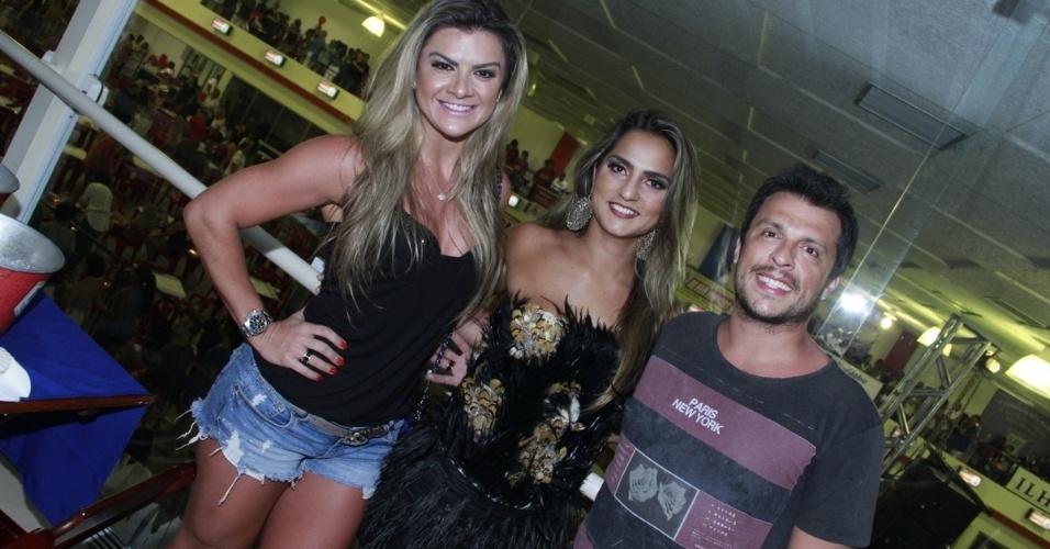 19.jan.2013 -  Mirella Santos (à esq) e o marido, Wellington Muniz  posam para fotos com a rainha da bateria da União da Ilha, Bruna Bruno