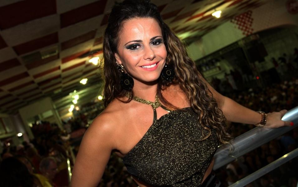 19.jan.2013 A dançarina e rainha de bateria Viviane Araújo acompanhou a nomeação de Valesca Popozuda de musa da escola em ensaio na quadra da Salgueiro neste sábado