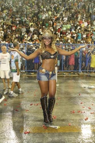 De top, short e chapéu, ex-BBB Jaqueline participa de ensaio técnico da escola de samba Beija-Flor na Sapucaí, no Rio de Janeiro