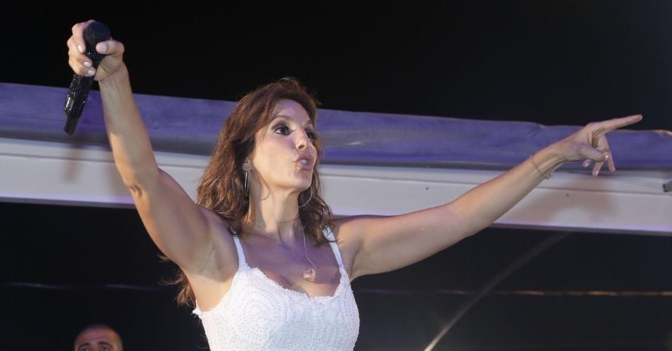 20.jan.2013 - A cantora Ivete Sangalo se apresenta na festa Pré-Caju, em Aracaju. À frente do bloco Cerveja & Coco, Sangalo levou mais de 4 mil foliões para as ruas da cidade