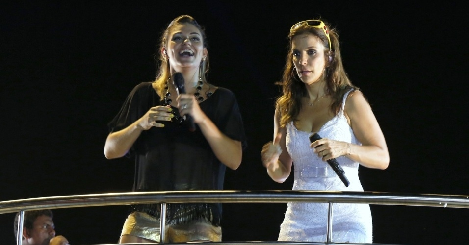 20.jan.2013 - A cantora Ivete Sangalo (à dir.) se apresenta ao lado de Maysa Reis na festa Pré-Caju, em Aracaju. À frente do bloco Cerveja & Coco, Sangalo levou mais de 4 mil foliões para as ruas da cidade