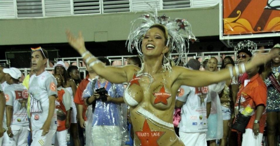 20.jan.2013 - Apenas de tapa-sexo, Valeska Popozuda diz que fantasia representa photoshop