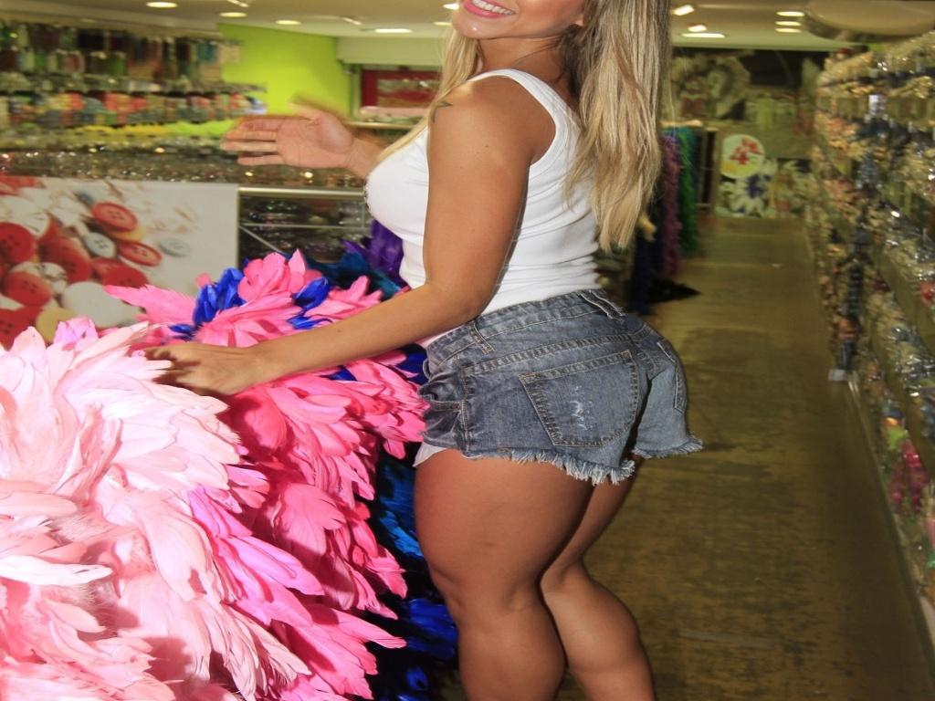 21.jan.2013 Destaque de chão da Gaviões da Fiel, Ana Paula Minerato, visitou uma loja de artigos carnavalescos nesta segunda-feira