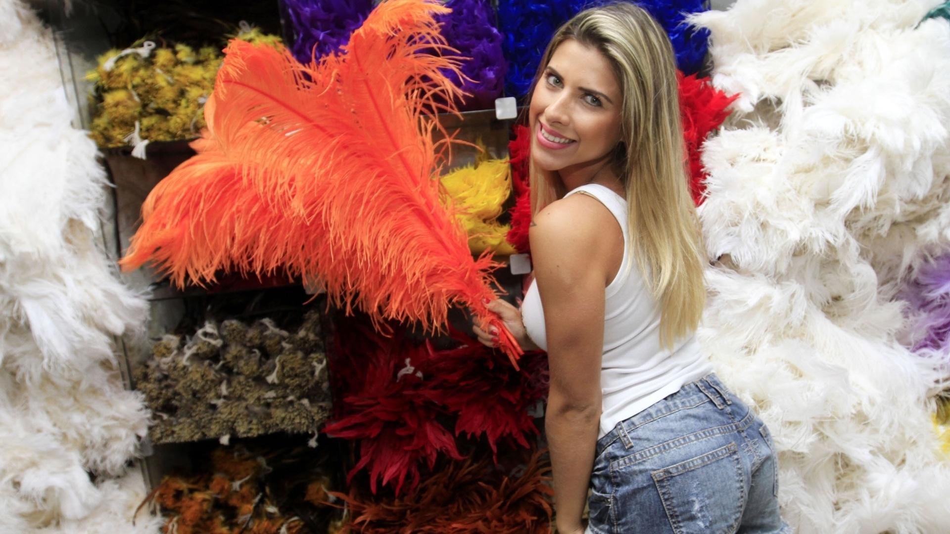 21.jan.2013Musa da Gaviões da Fiel, Ana Paula Minerato, visitou uma loja de artigos carnavalescos nesta segunda-feira