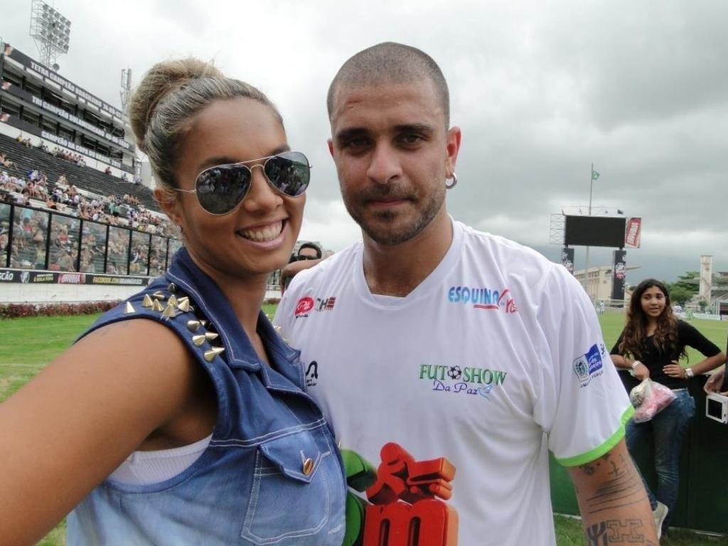 9.jan.2013 - Milena Nogueira e o marido, o sambista Diogo Nogueira, participam do Fut Show da Paz, no estádio São Januário