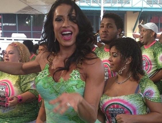 22.jan.2013 - Com um vestido curto e justo, Gracyanne Barbosa samba na Cidade do Samba, no Rio. A mulher do cantor Belo é rainha de bateria da Mangueira, que em 2013 virá com o enredo