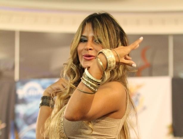 22.jan.2013 - Lucilene Caetano, rainha da bateria da Inocentes de Belford Roxo, participou da gravação do programa