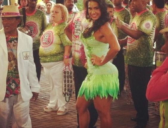 22.jan.2013 - Rainha de bateria da Mangueira, Gracyanne Barbosa samba na Cidade do Samba, no Rio. Em 2013, a agremiação verde e rosa virá com o enredo