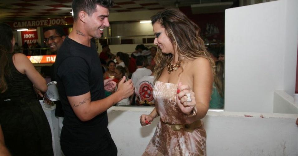 Jan.2013 - A rainha do Salgueiro samba com o namorado,  o jogador Radamés, 26, do Boa Esporte de Varginha, em Minas Gerais