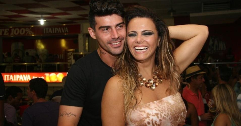 Jan.2013 - O jogador Radamés, 26, onze anos mais jovem que Viviane Araújo, diz que aprendeu a gostar de samba com ela