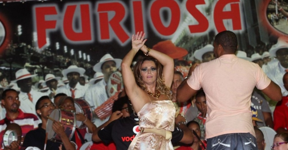 Jan.2013 - Viviane Araújo ensaia à frente da bateria Furiosa