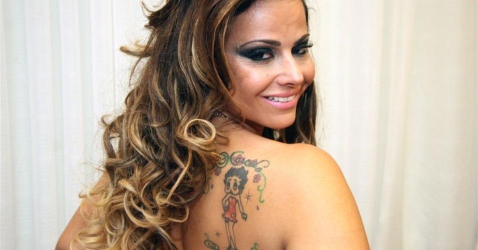 Jan.2013 - Viviane Araújo exibe cinco tatuagens pelo corp