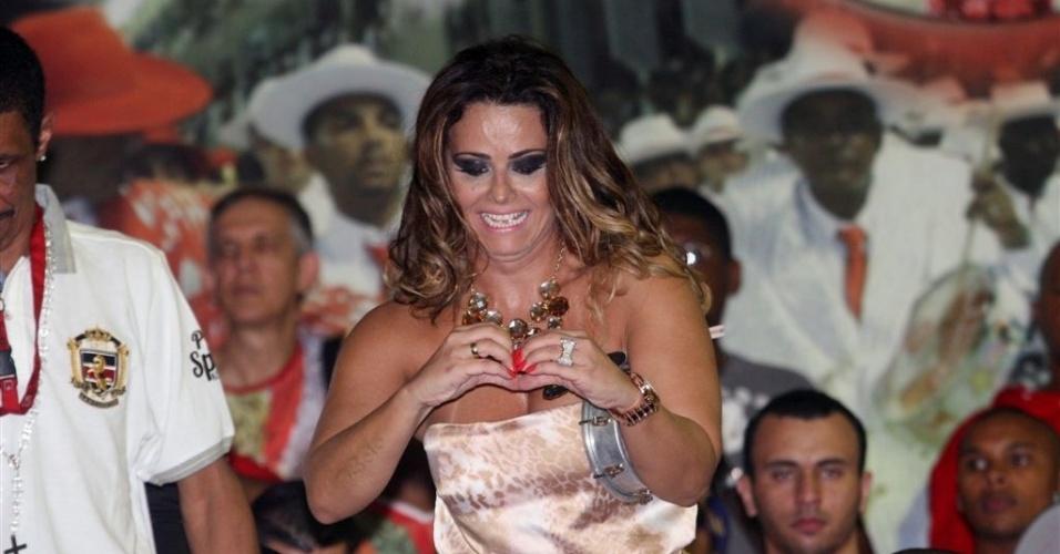 Jan.2013 - Viviane Araújo mostra coraçãozinho para fãs na quadra do Salgueiro
