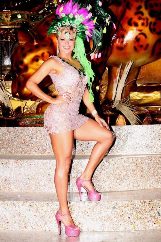 24.jan.2013 A Musa da verde-e-rosa aproveitou para fazer um ensaio no barracão da agremiação. Este ano o enredo da Mangueira será
