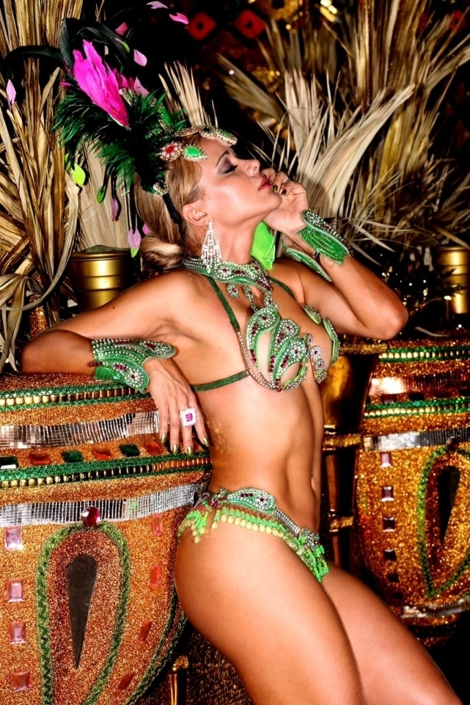 24.jan.2013 Cibelle Ribeiro é musa da Mangueira, que tem como rainha Gracyanne Barbosa