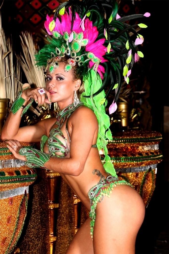 24.jan.2013 Cibelle Ribeiro, musa da Mangueira, participou da gravação de um programa de samba no barracão da escola, que fica na Zona Norte do Rio de Janeiro