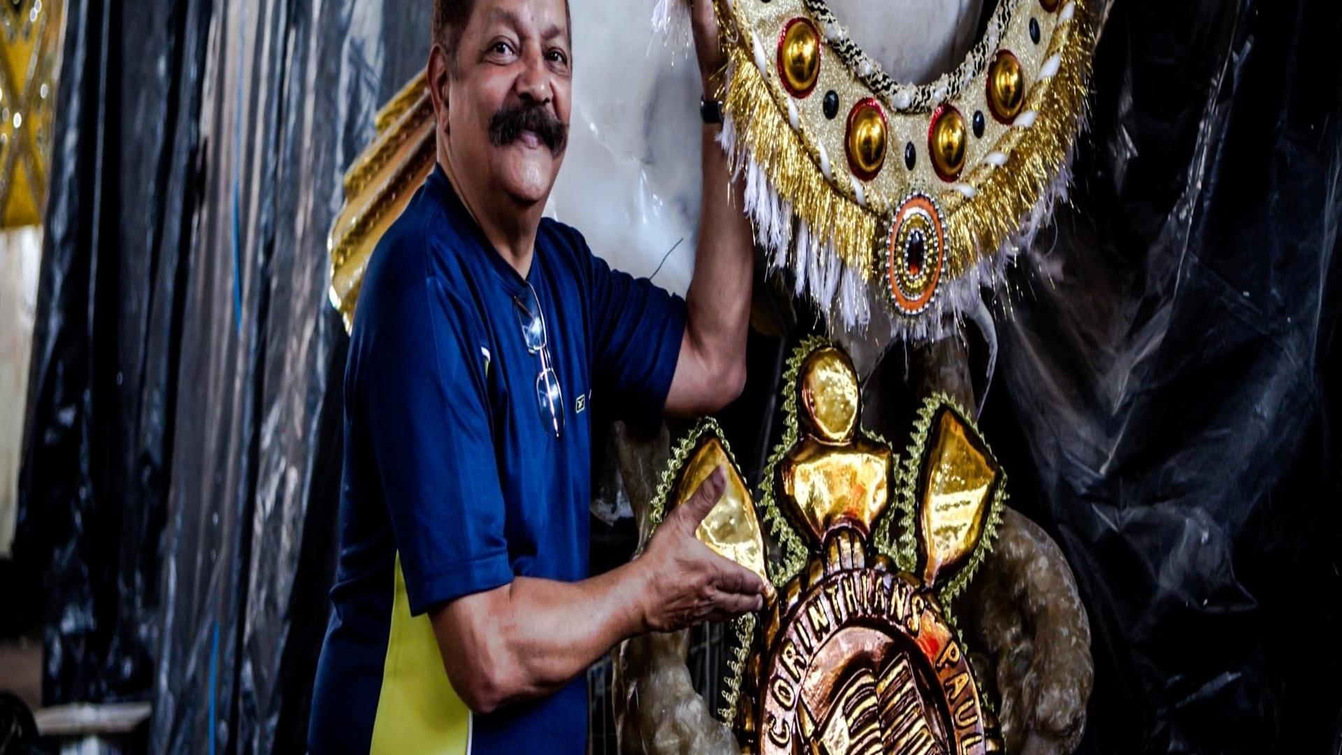 17.jan.2013 Max Lopes ao lado do carro que terá 43 gaviões, em homanagem aos 43 anos da escola