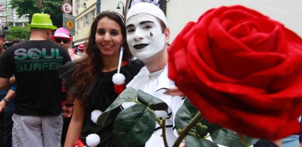 26.jan.2013 - Folião oferece uma flor durante carnaval de rua do bloco Imprensa Que Eu Gamo no RJ, uma das atrações na antecipação do carnaval carioca - Marco Teixeira / UOL