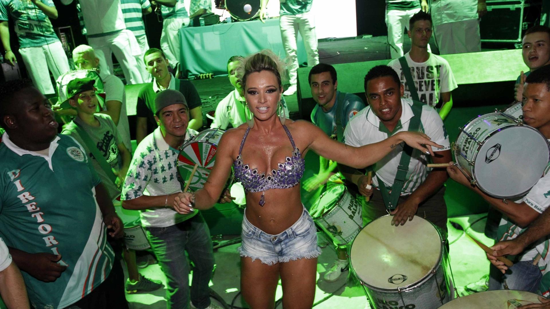 27.jan.2013 - A ex-panicat samba à frente da bateria da Mancha Verde