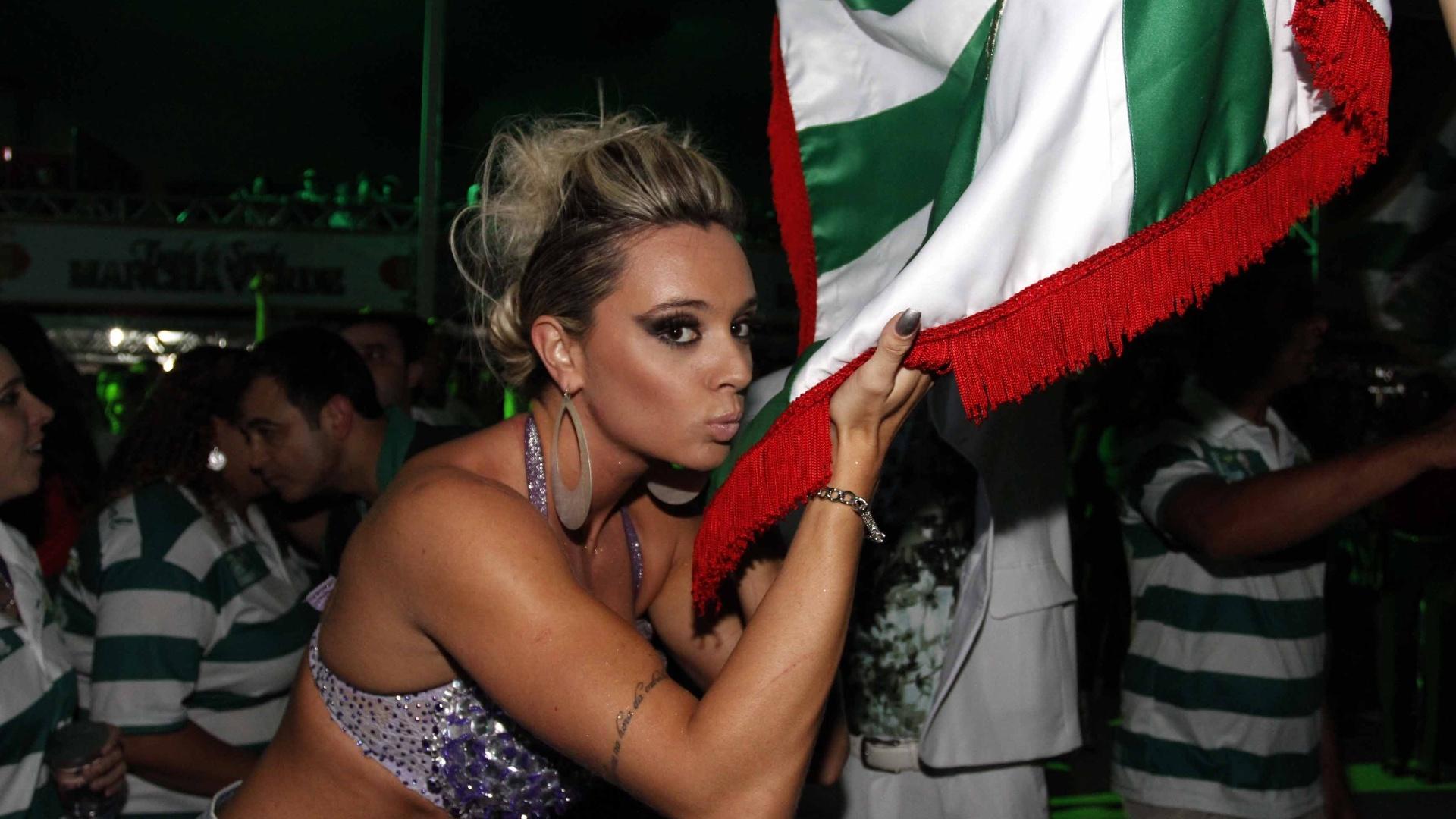 27.jan.2013 - Juju Salimeni beija a bandeira da escola de samba Mancha Verde, da qual é musa