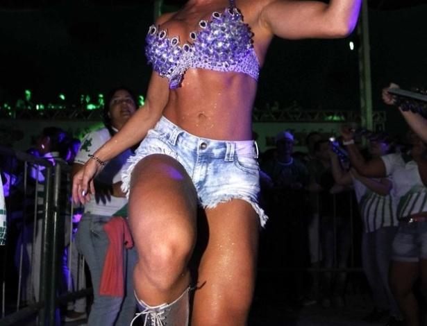 27.jan.2013 - Juju Salimeni cai no samba na quadra da Mancha Verde
